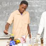 Les jeunes faisant les expériences durant la Semaine Africaine des Sciences (Africa Science Week) en octobre 2018